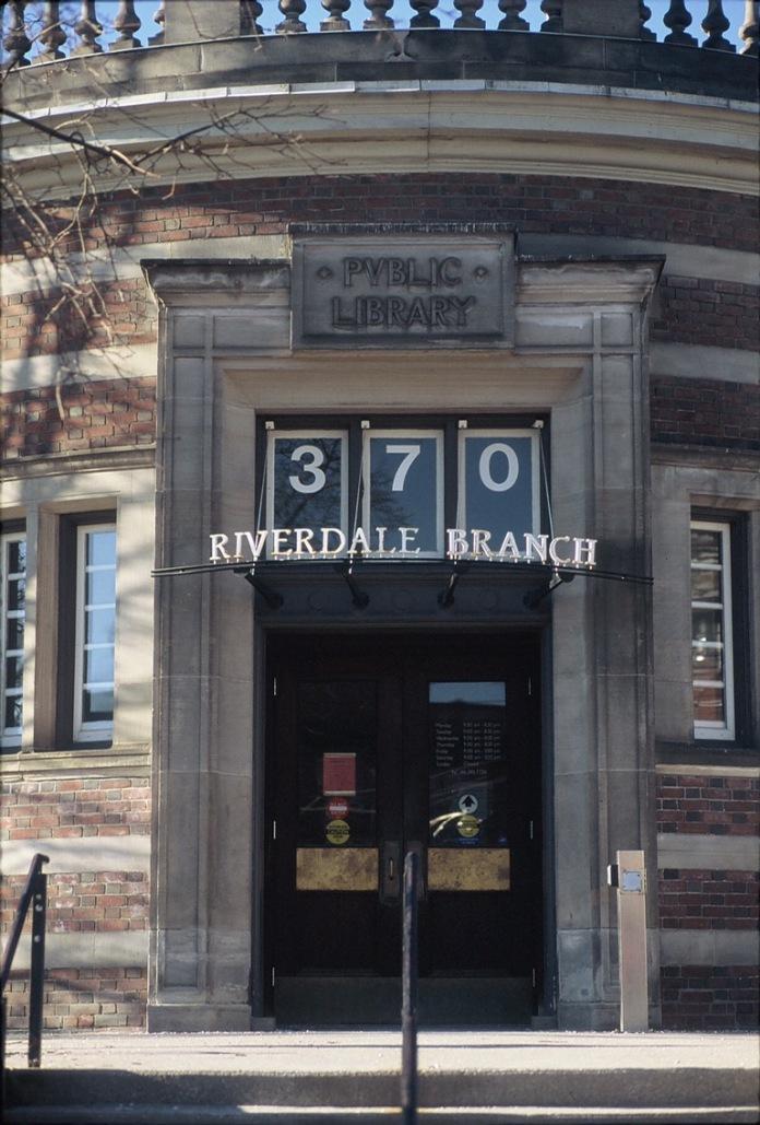 Riverdale Public Library - Visuelles Logbuch - Street Photography by Dennis Riebenstahl