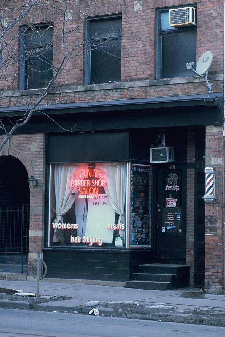 Barber Shop - Visuelles Logbuch - Toronto Street Photography by Dennis Riebenstahl