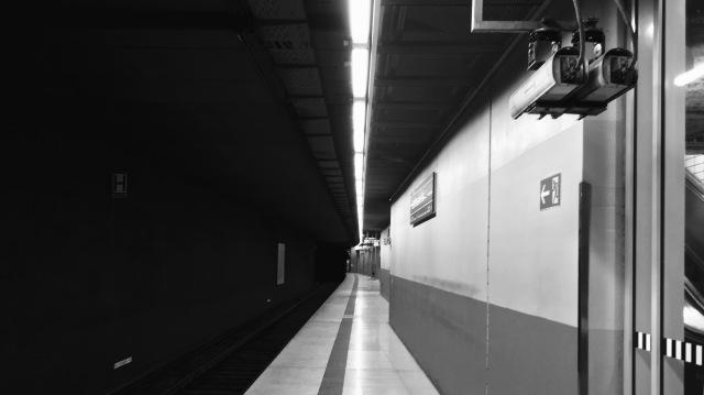 Subway Platform in Hamburg — Visuelles Logbuch — Street Photography by Dennis Riebenstahl