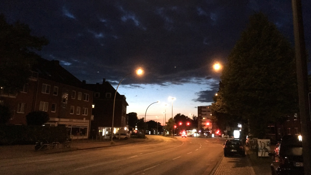 Roof of Clouds over Lokstedter Steindamm, Hamburg – Street Photography by Dennis Riebenstahl – Visuelles Logbuch