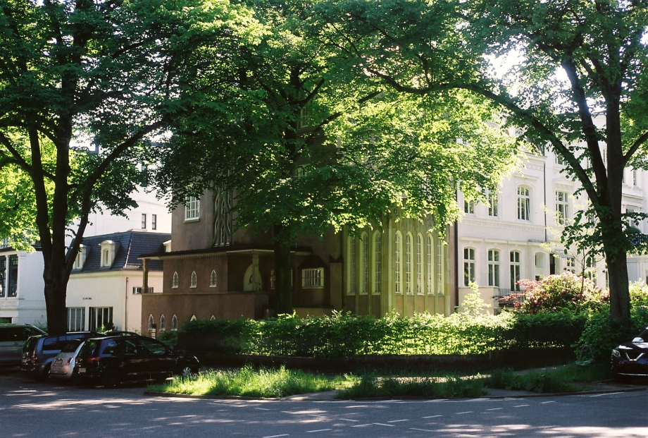 Kurt Felix' Stadtvilla in Rothenbaum, Hamburg – Street Photography by Dennis Riebenstahl
